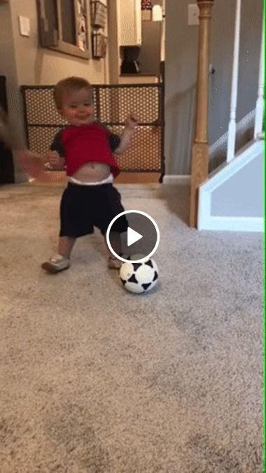 Primeiros passos querendo a bola.