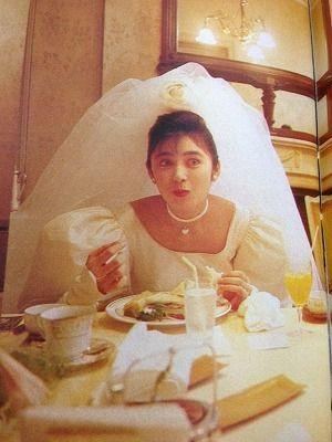 ウエディングドレス姿で食事をする二谷友里恵