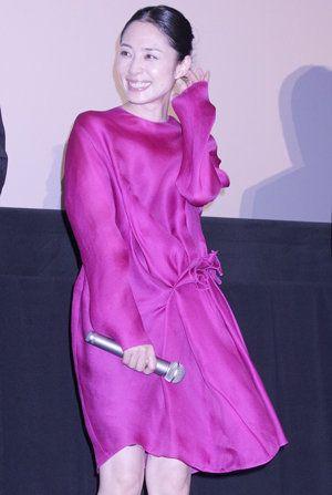 深津絵里ピンクのドレス上半身姿