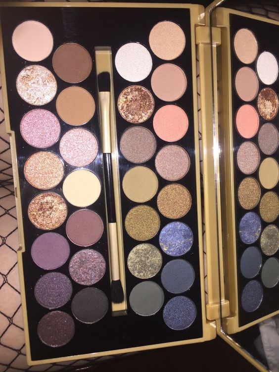 I am in love with this Makeup Revolution eyeshadow palette!