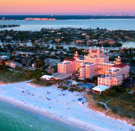 St. Pete Beach, no condado de Pinellas, é uma das praias da Flórida e abriga opções de hotéis exclusivos como o Loews DonCesar, declarado como estabelecimento hoteleiro histórico dos Estados Unidos, inaugurado em 1928 (foto: Divulgação)