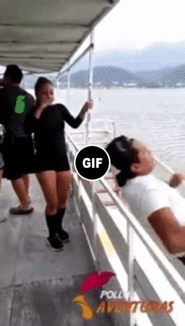 kkk se empougou escorregou  caiu no mar