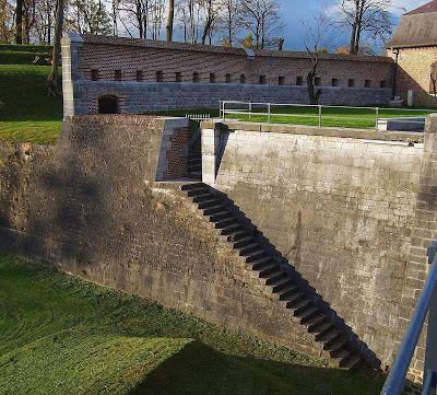 Fortification 1: Pont dormant, caponnière, poterne et pas de souris dans le fossé de la porte de Mons, à Maubeuge