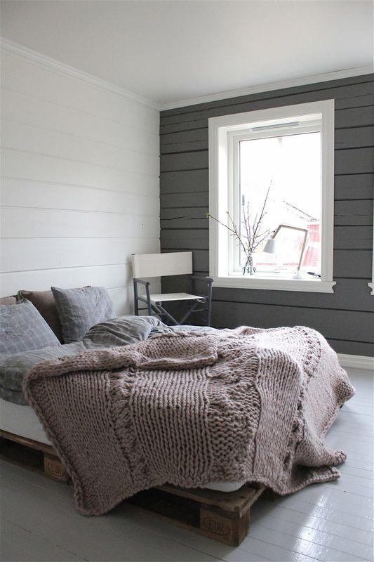 Lozko Z Palet Transportowych Sypialnia Styl Rustykalny Aranzacja I Wystroj Wnetrz Home Bedroom Guest Bedroom Home