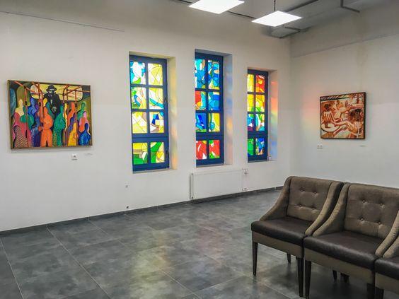 Выставочный зал с работами художника в новой синагоге Калининграда. Фото Жени Шведы