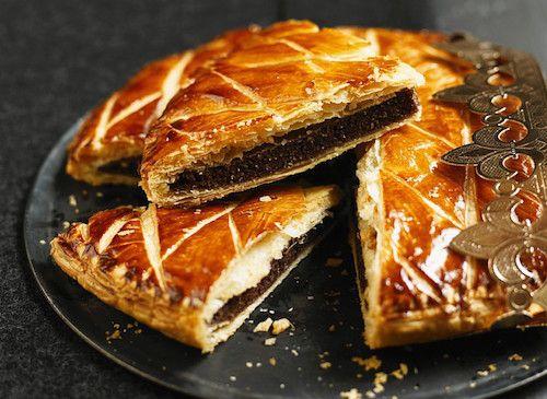 Découvrez cette recette de galette des rois au chocolat. Les ingrédients indispensables pour réaliser la recette : de la pâte feuilletée, du chocolat noir pâtissier, de la poudre d'amandes, du sucre, du beurre et des œufs.