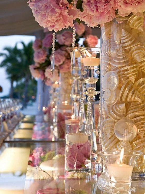 Idées Décor rose de mariage de ♥ Fleurs roses, Mère de nacres, Cristaux et pièce maîtresse de mariage Bougies