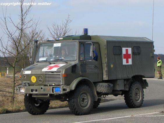 Unimog U1300 Krankenkraftwagen (KrKw) der belgischen Armee beim Straßenmarsch, aufgenommen bei Speyer, März 2013.