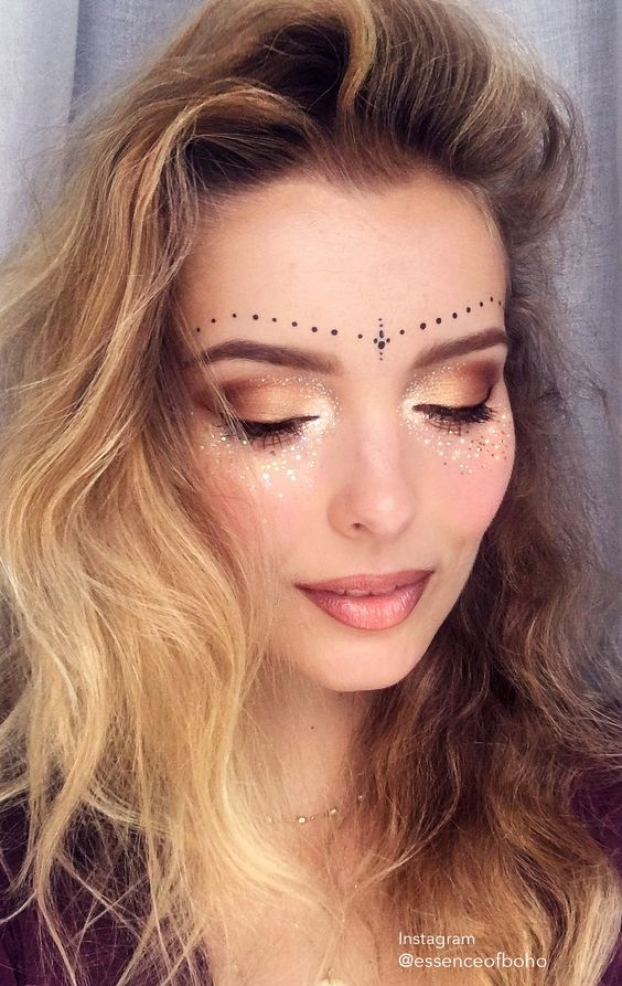 Instagram @essenceofboho. Find more inspiration on festival make up on my blog Anoukh & The Sea or my instagram @essenceofboho / / festival makeup, festival fashion, makeup, glitter, festival look, 2017