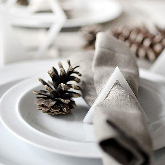 Leuke plexiglas kerstversiering voor in de boom of als servetring #kerst http://www.x6lifestyle.com/product/kerstversiering-xmas-triangles-plexiglas-kumeko/