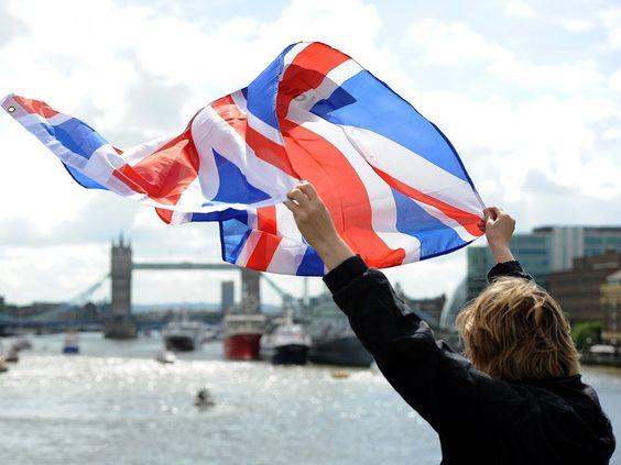 Saludando con una bandera británica sobre el Támesis