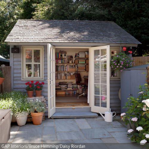 Romantisches Urlaubsflair aufs eigene Grundstück bringt dieses Gartenhaus aus Holz. Weiße Fenster und Türen und blaugrau gestrichene Außenwände sorgen für …