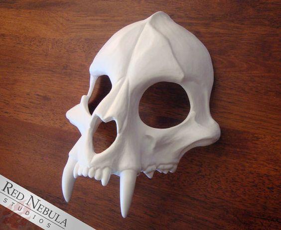 Esculpido el diseño original de esta máscara de cráneo felino basado en las características del cráneo de jaguar, con un hocico embotado y dientes grandes y curvados. Se proyecta en alta calidad, resina resistente al impacto y hace un gran estilo de mascarada máscara, tocado o armadura del hombro.  La máscara viene con el ojo y cortan los agujeros de la nariz. Usted puede dejarlos abiertos o cubrirlos con tela de malla negra para una mirada extrañamente vacía. (Tengo la tela de acoplamiento…