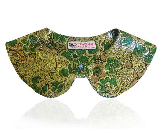 Colletto verde, argento e nero,  in broccato di seta con bottone gioiello.  70% seta, 30% poliamide