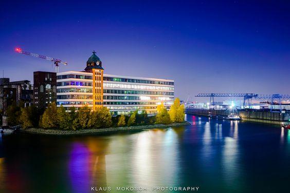 https://flic.kr/p/zrA4LZ | Düsseldorf - Medienhafen - Neuss-Düsseldorfer Häfen GmbH & Co. KG | Düsseldorf-Hafen ist ein durch Industrie, Logistik, Gewerbe und Büronutzung geprägter Stadtteil Düsseldorfs mit lediglich 83 Einwohnern, was auf einer Gesamtfläche von 3,85 km² einer Einwohnerdichte von 22 Einwohner/km² entspricht; somit ist er der am dünnsten besiedelte der 50 Stadtteile Düsseldorfs. Einen Großteil der Fläche belegt der 1896 eröffnete Düsseldorfer Wirtschaftshafen; er ist der…