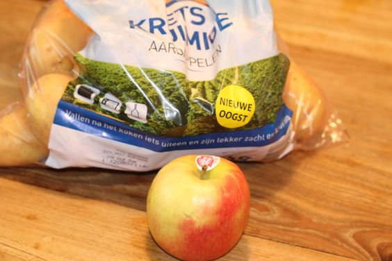 aardappelen bewaren - Aardappelen bewaar je het beste op een koele donkere plaats. Wanneer je een appel tussen de aardappels stopt dan stel je het uitlopen