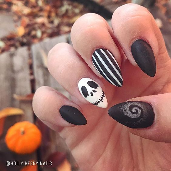 Freehand Nightmare before Christmas design inspired by @emmadoesnails 🖤🎃💀 #nightmarebeforechristmas #freehandnailart #boisenailartist…