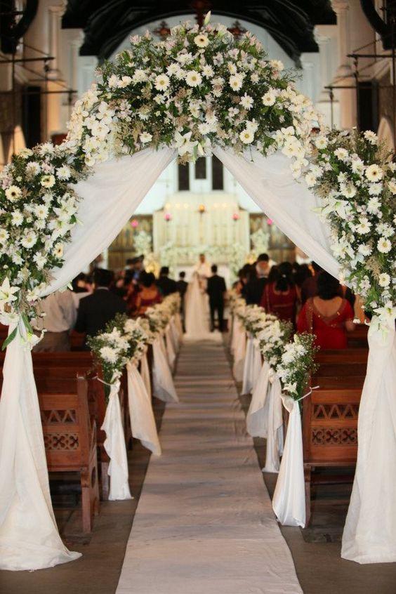 Seuil d'église avec composition florale