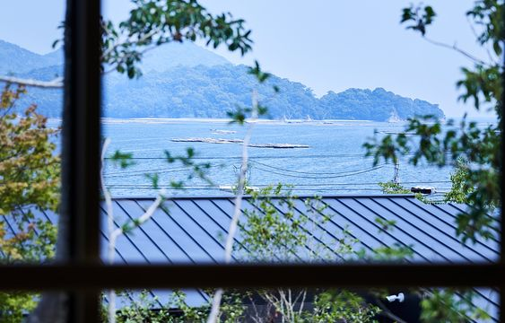 世界遺産・宮島に一番近い、離れのある宿。開湯50年経つ宮浜温泉にあります。そばには海も山も瀧もあり、四季の息吹を存分に感じることができます。心身を癒し、生命力を高める。特別なひとときをここでお過ごしください。