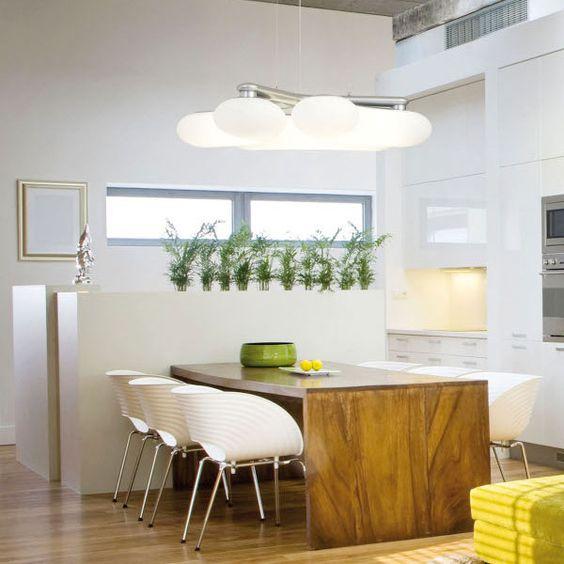 Diese Pendelleuchte bietet eine Vielzahl an Varianten, um einen Raum zu gestalten: einfach die drei Leuchtenkörper in verschiedene Stellungen bringen und schon sieht die Leuchte ganz anders aus.