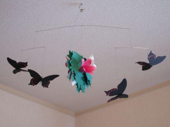 クロアゲハの4匹吊りです。ピンクと白のツツジ、そしてその周りを飛ぶクロアゲハです。落ち着いた色の黒いアゲハ蝶。そして2色のツツジは互いを引き立て合います。一見...|ハンドメイド、手作り、手仕事品の通販・販売・購入ならCreema。