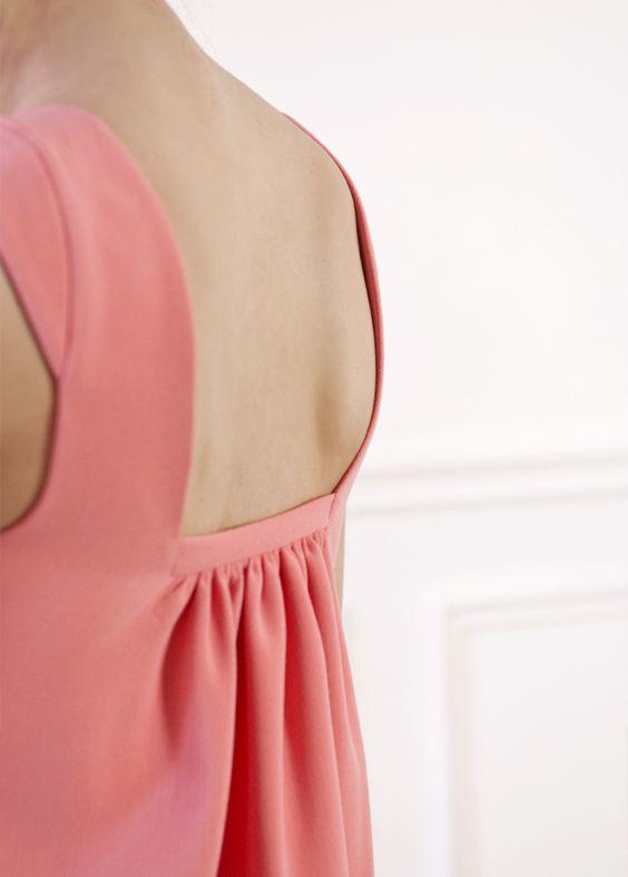 Une robe trapèze dont le dos dévoile un joli volume. – Décolleté carré sur le haut des épaules – Large décolleté dans le dos – Petites manches sur le haut de l'épaule – Joli jeu de plis sous le décolleté du dos – Tissu épais avec un joli tombé (crêpe de polyester) – Couleur rose thé Conseil taille: si vous hésitez entre 2 tailles, choisissez la plus grande ! (La mannequin mesure 1m73)