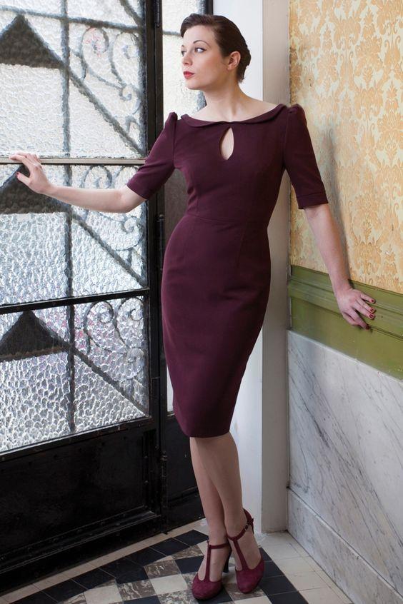 Exclusief online in Nederland bij TopVintage! Red Juliet Couture dresses. De 40s Ava keyhole Pencil Dress in Aubergineis een prachtige klassieker en ademt stijl en elegantie!Deze vintage stijl jurk is geïnspireerd op de jaren 40. Elegante brede halslijn met kort Peter Pan kraagje en een subtiele keyhole decollete opening dat niet te veel prijsgeeft! Halve pofmouwtjes en met een sexy half 'high back' rugdecollete met een v-omslagje - je bh is net niet zichtbaar - signatuur voor Red ...