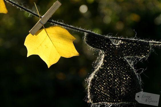 Kleider für die Elfen *DIY*  - Herbstdekoration Kleidergirlande See tutorial at Living & Green