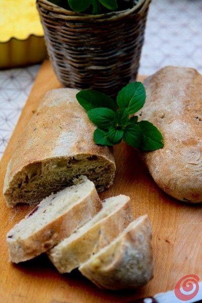 Le ciabatte con le olive nere per la tavola apparecchiata estiva olive bread ciabatta