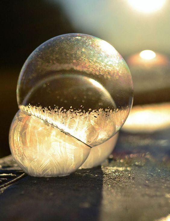 Des bulles de savon soufflées par un petit garçon se cristallisent dans le froid : le résultat est magnifique !