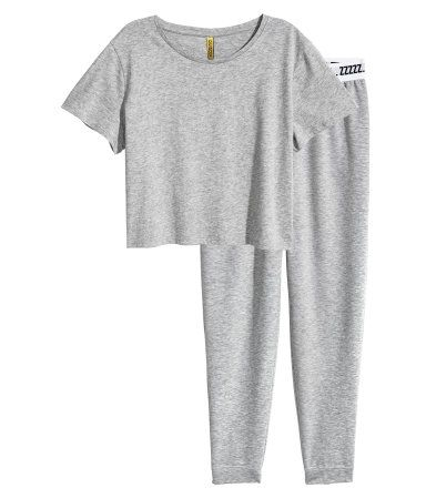 Grey marl. Pyjamas in soft jersey. Short, straight top with short sleeves. Bottoms with an elasticated waist and ribbed hems. The bottoms are lightly