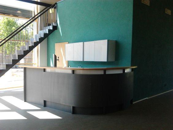 Detail Theke im Saal - Umbau und Erweiterung einer Scheune zum Dorfgemeinschaftshaus