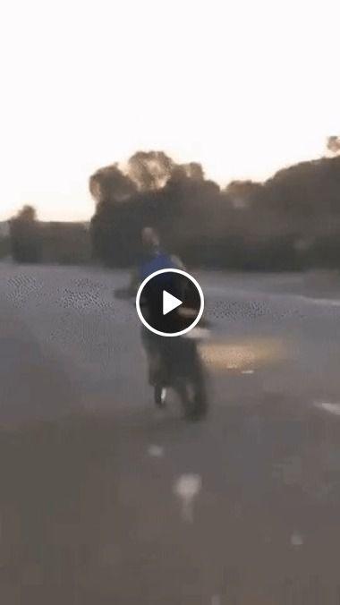 Ainda bem que ele conseguiu permanecer em cima da moto