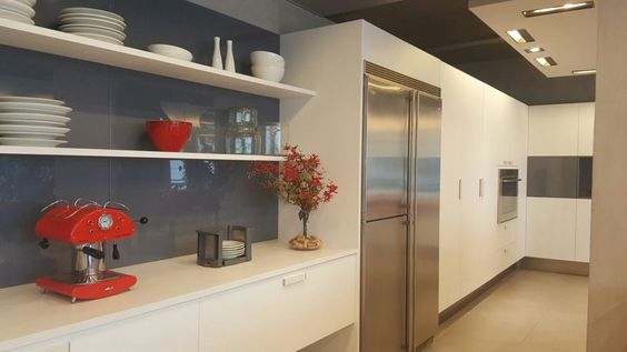 Essa cozinha da FAVO usas o vermelho para colorir na medida exata o ambiente predominantemente branco. Nosso arranjo de orquídeas renantara combinou perfeitamente com a decoração. Passa lá na Loja  do Casashopping para conferir. A FAVO fica no 2o. piso, Bloco E, Loja 105. #florespermanentes #florespermanentesdealtopadrão #arranjosflorais #floresartificiais #lindodemais