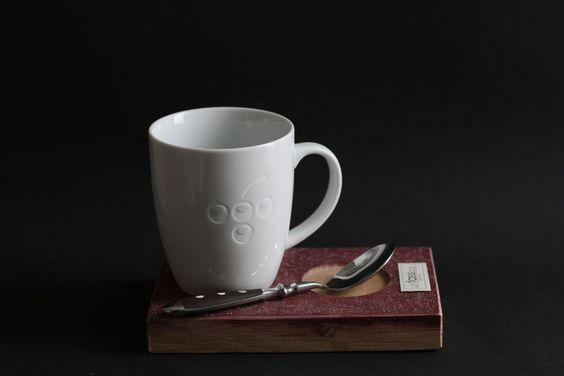 Kaffee-/Teebecher mit Traubenlogo im Set mit Holzuntersetzer aus Weinfässern