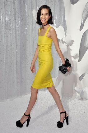 黄色いドレス姿で歩く水原希子のかわいくてかっこいい画像