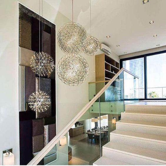 Sala pé direto duplo e pendentes lindos! ❤️❤️❤️ Gostaram? Tem mais no #blog #construindominhacasaclean acessem!! #sala #living #pedireitoduplo #pendente #lustre #iluminação #decoração #decor #design #interiordesign #escada #casa #home