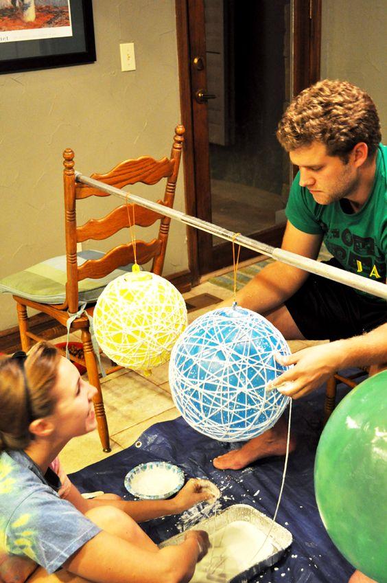 Matériel : ballons à gonfler de différentes tailles ; maïzena, eau chaude et colle blanche ; ficelle ; vaseline ; peinture en spray ; ciseaux