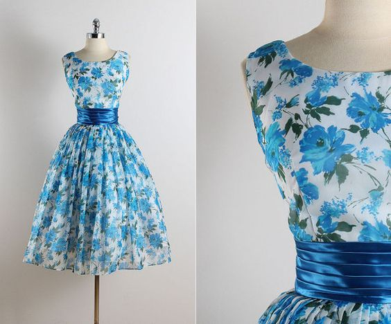 Robe vintage des années 1950 ➳  * blanc bleu rose imprimé en mousseline de soie * acétate & doublure tulle * bleu taille satin * métal glissière au dos  condition | Excellente  sinscrit comme s/m  longueur de 46 » corsage 17 » buste 36-38 taille 27-28 allocation de corsage 1  Boutique ➳ http://www.etsy.com/shop/millstreetvintage?ref=si_shop  Politiques de boutique ➳ http://www.etsy.com/shop/millstreetvintage/policy  Twitter | MillStVintage Facebook | millstreetvintage Instagram…