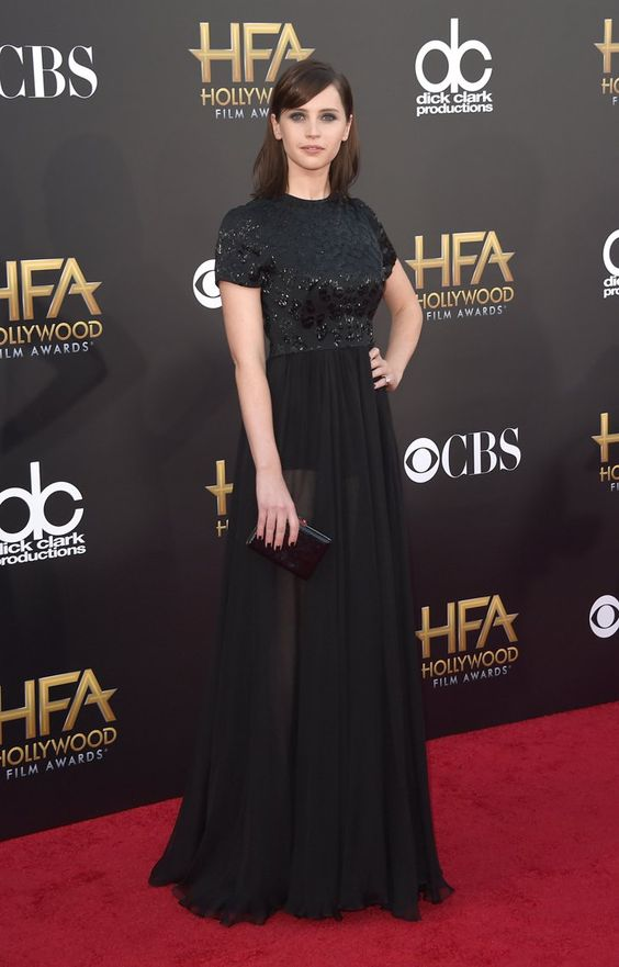 Pin for Later: Felicity Jones hat ein ganz einfaches Erfolgrezept Bei den Hollywood Film Awards im November 2014 In Alexander McQueen.
