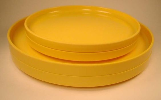 HELLER Yellow 4 Plates - 2 Dinner and 2 Luncheon Plates