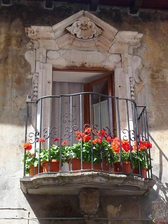 Un balcon fleuri orne la fa ade d 39 un vieux palais for Fenetre balcon