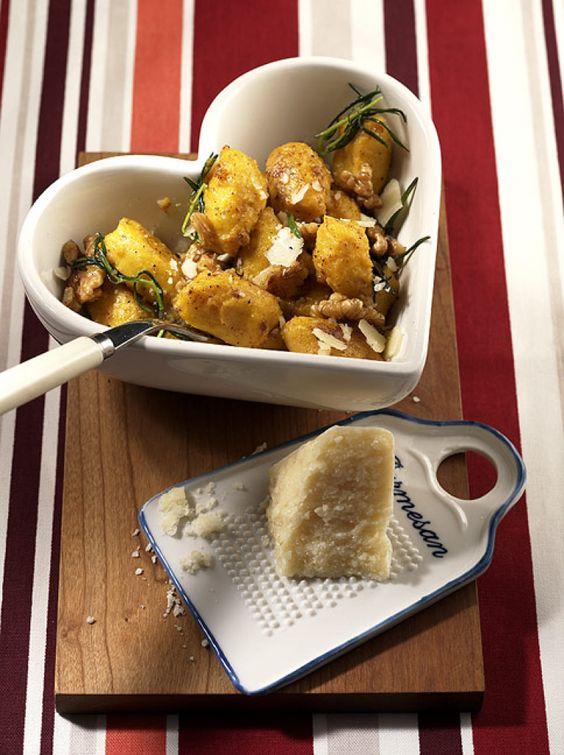 Rezept für Kürbis-Gnocchi bei Essen und Trinken. Ein Rezept für 4 Personen. Und weitere Rezepte in den Kategorien Eier, Gemüse, Käseprodukte, Kräuter, Milch + Milchprodukte, Nüsse, Hauptspeise, Backen, Braten, Kochen, Italienisch.