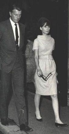 """El diseñador de moda francés Hubert de Givenchy, fotografiada en el centro de Roma con su mejor amiga y musa, la actriz Audrey Hepburn, en junio de 1964.  -Audrey llevaba creaciones de Givenchy (vestido de lana, de su colección para la temporada Otoño / Invierno 1962/63 y el sombrero turbante, de su colección """"The Look Jaipur"""" para el verano de 1964), los zapatos de René Mancini y la celebración de sus gafas de sol de Oliver Goldsmith."""