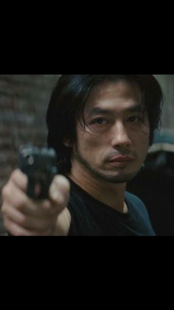 拳銃を向ける真田広之