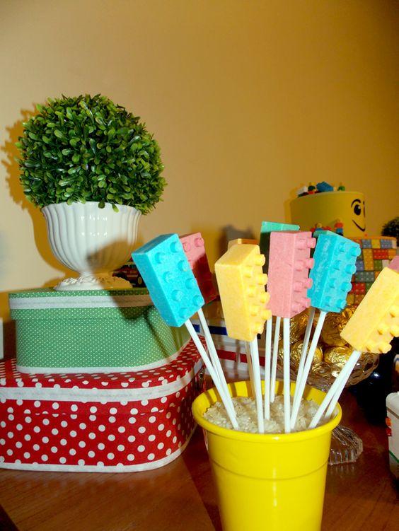 Pirulitos de chocolate em formato de bloco, claro que sempre coloridos e deliciosos.Maletas de cartonagem da parceira Arte by Galante