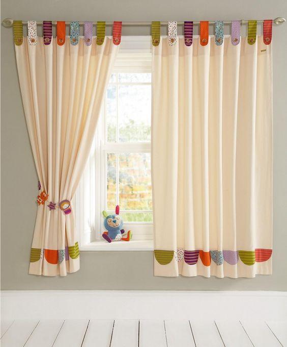 Idea para hacer una cortina lisa y aprovechar retales para decorarla. cortina de bebe colorida
