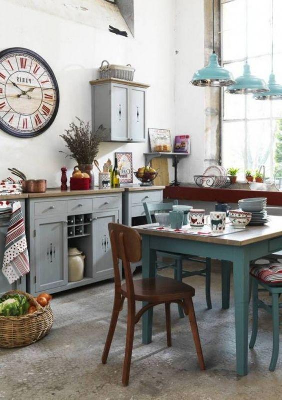 Designideen für Wohnküche-Country-Look-Dekorationen Antiquitäten Uhren und Blumen