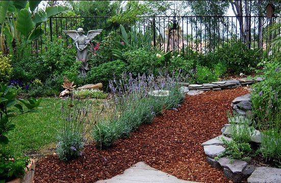 20 Beautiful Examples Of Incorporating Mulch Into Landscaping