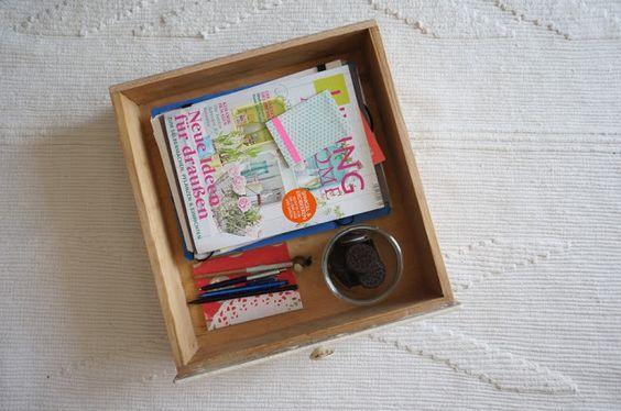 Schublade mit Rollen als Zeitschriftenaufbewahrung, die man unter das Sofa schieben kann. Old drawer with rolls to hide magazines under the couch